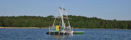 eine bohrplattform schwimmt auf einem polnischen See